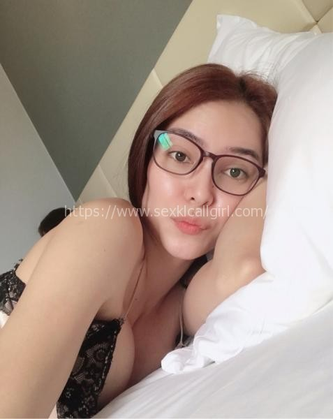 Siti - a lovely girl with engaging eyes and smile who clearly gets pleasure from giving pleasure!